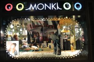 A Monki tem um shape bem minimalista, mais sua cartela de cores normalmente são bem fortes e interessantes, também recomendo uma visita a loja, para quem passar por aqui.